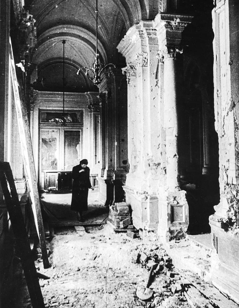 В фойе второго этажа Ленинградской консерватории после неоднократных обстрелов и бомбежек.1944 г.