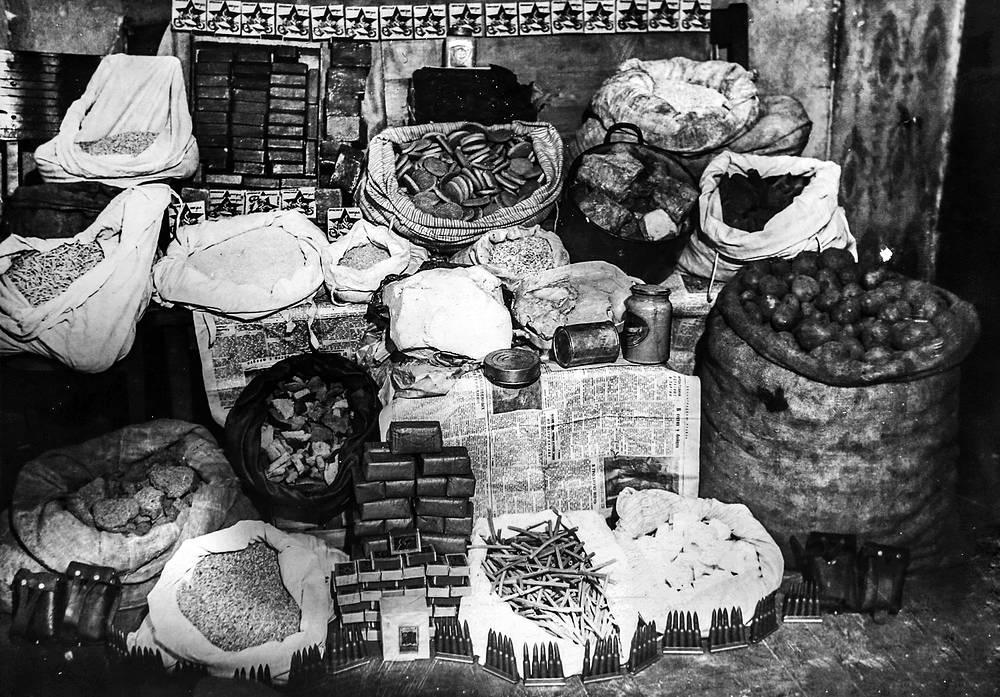 Продовольствие и изделия из драгоценных металлов, изъятые сотрудниками уголовного розыска у преступников в блокадном Ленинграде.