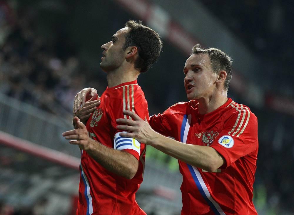 Роман Широков (слева) и Алексей Козлов празднуют гол, забитый в ворота сборной Азербайджана, во время отборочного матча чемпионата мира-2014 по футболу