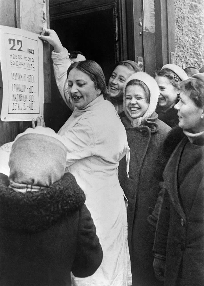 Очередь у хлебного магазина.Норма выдачи хлеба всем группам населения увеличена на 100 граммов. 1943 г.