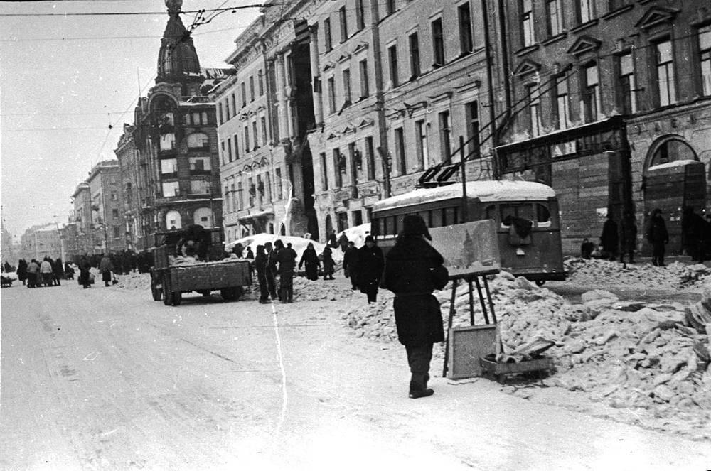 Художник на Невском проспекте во время блокады Ленинграда.