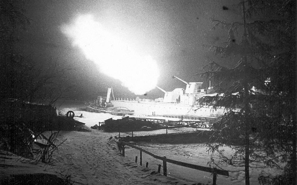 Эскадренный миноносец Балтийского флота «Опытный» ведет обстрел немецких позиций в районе Невского лесопарка. 1943 г.
