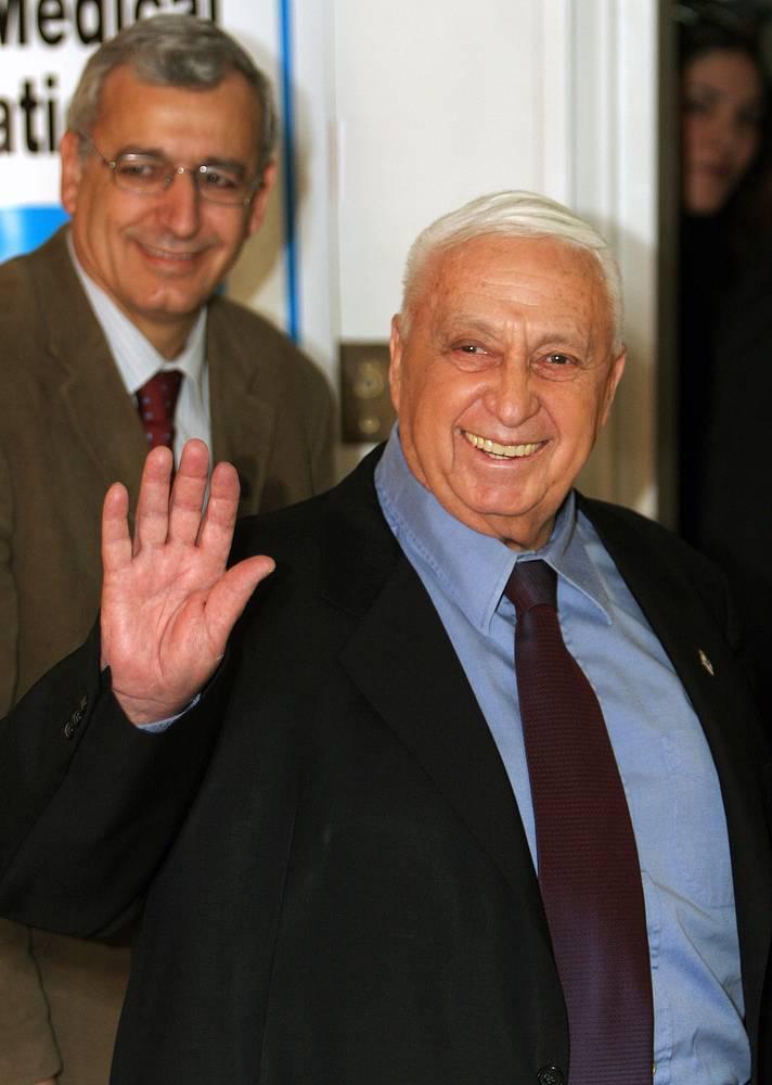 """Премьер-министр Израиля Ариэль Шарон покидает больницу """"Хадасса"""" в Иерусалиме, откуда был выписан спустя два дня после реанимации, 20 декабря 2005 г."""