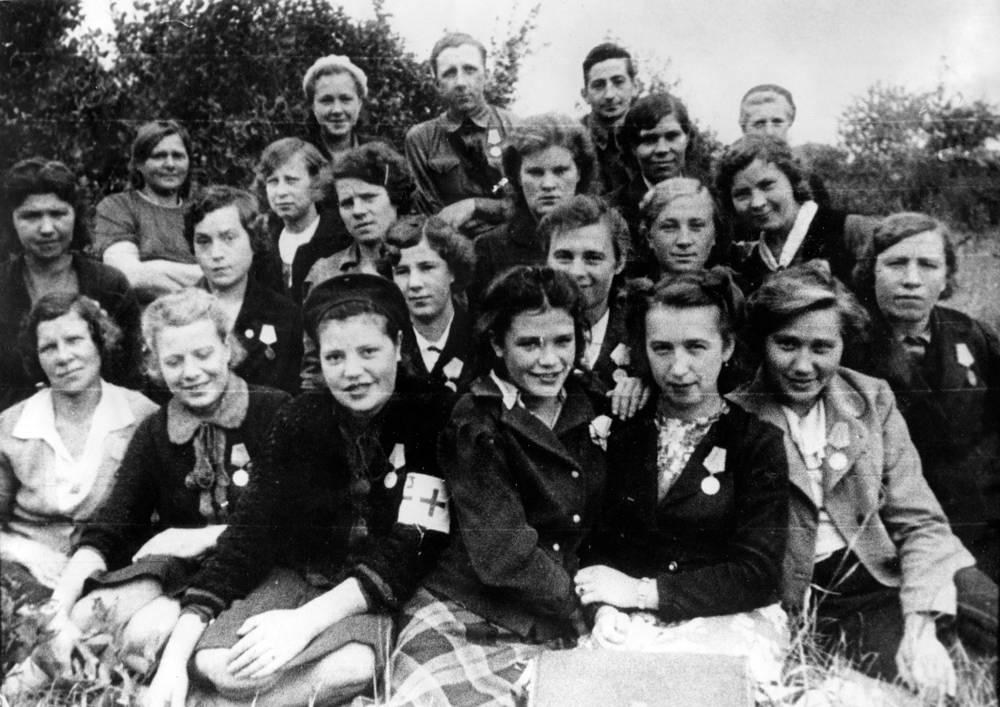Бойцы команды МПВО Кировского  завода. 1943 г.