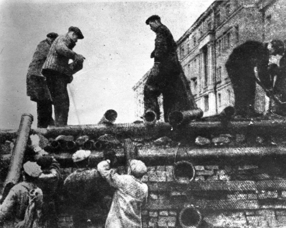 Работники Кировского завода  строят баррикаду в Автово. 1941 г.