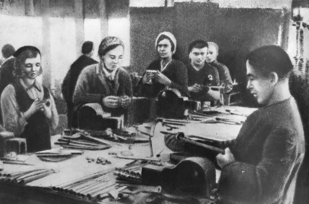 Изготовление штыков в нерабочее время. 1942 г.