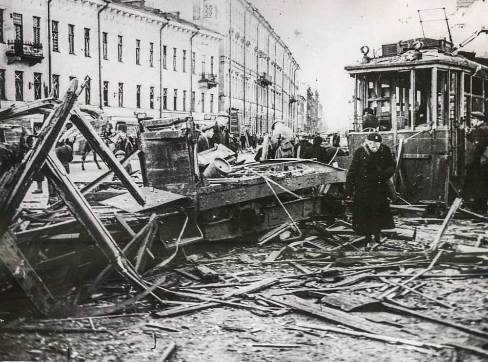 Трамвай, разрушенный прямым попаданием бомбы на Владимирской площади в Ленинграде.