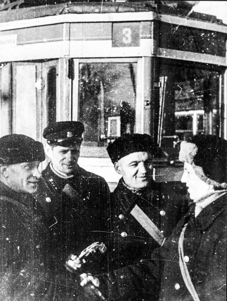 Водители и кондукторы перед выходом на линию после трехмесячного перерыва.15 апреля 1942 г.
