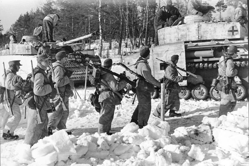 """Немецкие солдаты перед атакой. Группа армий """"Север"""", зима 1943—1944 годов"""
