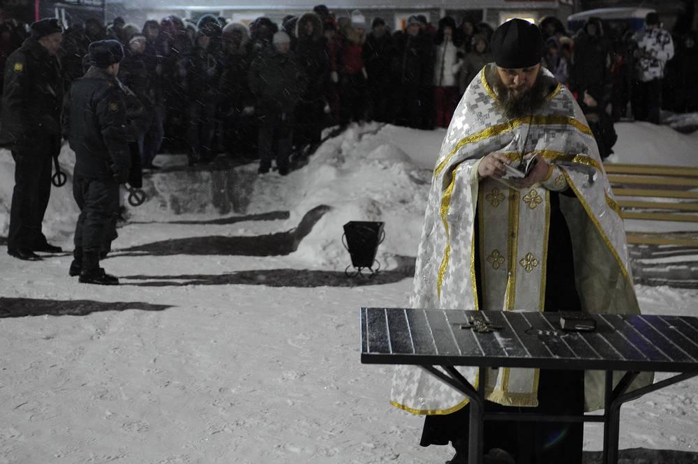 Освящение проруби на одном из водоемов в Екатеринбурге