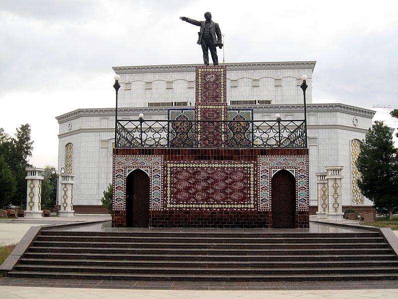 Памятник Ленину в Ашхабаде.