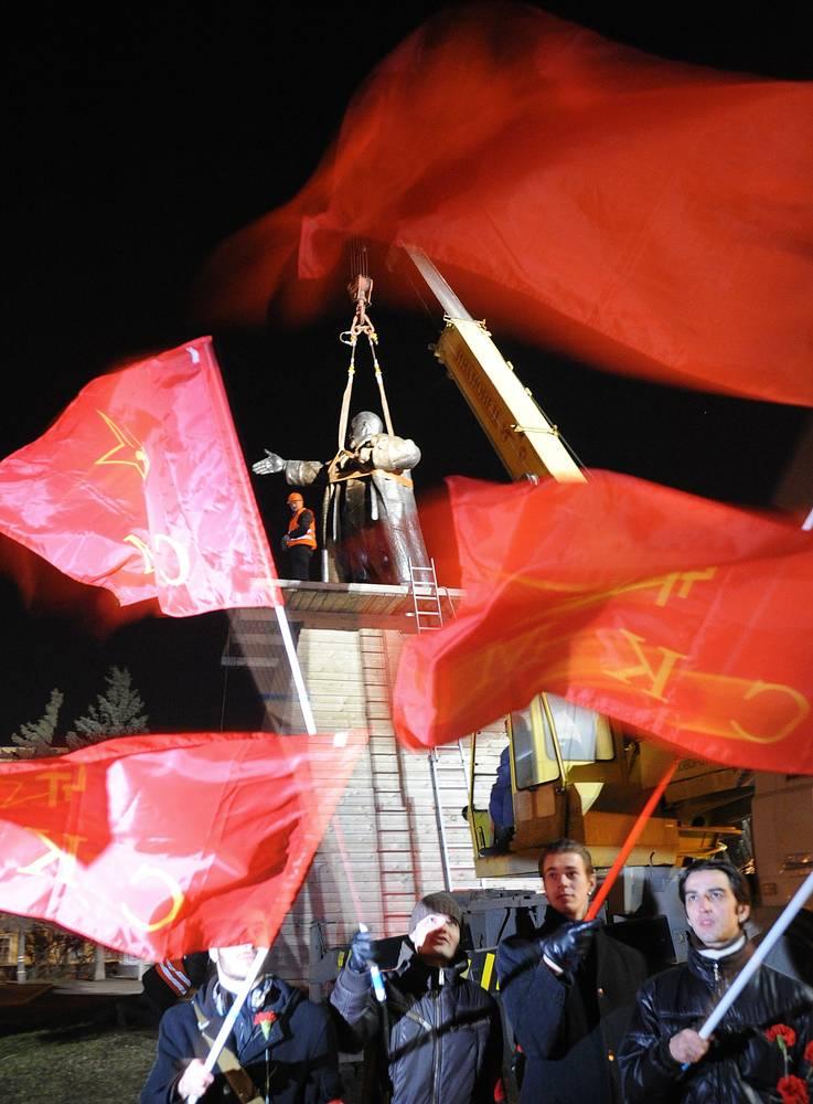 Памятник Ленину на площади у Финляндского вокзала в Санкт-Петербурге.