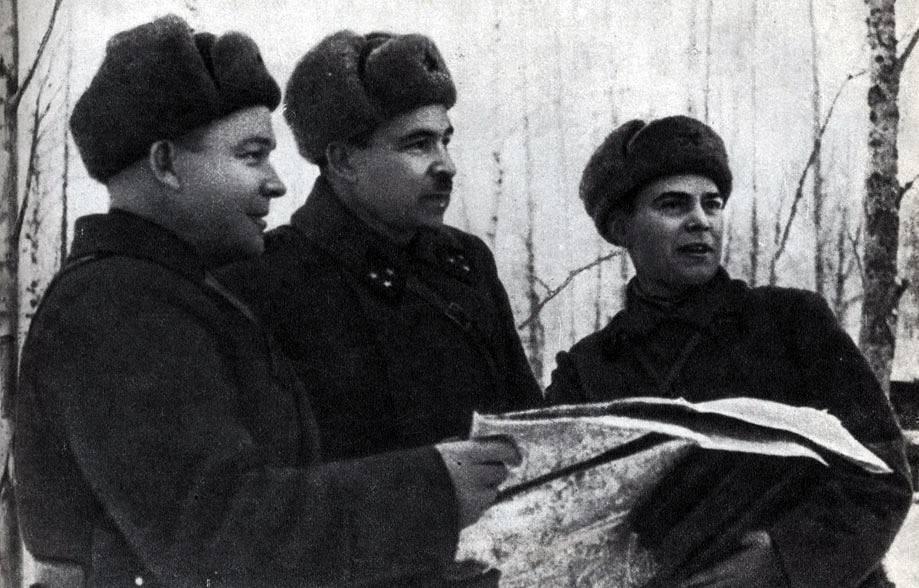 Командующий 5-й армией генерал-лейтенант артиллерии Л.А.Говоров (в центре) с подчиненными командирами, 1941 год