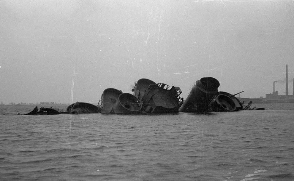 """Бронепалубный крейсер """"Гелдерланд""""(потоплен советскими бомбардировщиками в заливе у берегов Котки), 16 июля 1944 года."""