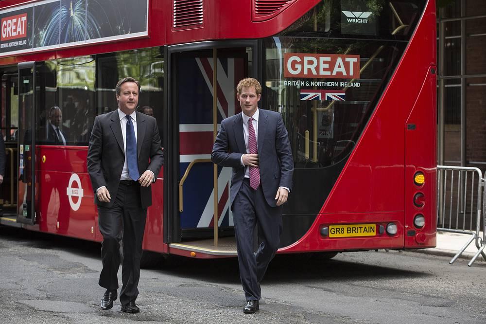 """Также в Нью-Йорке принц Гарри смог прокатиться на знаменитом лондонском двухъярусном красном автобусе """"Даблдеккер"""" в рамках кампании по привлечению в Великобританию иностранных туристов и инвесторов, 14 мая 2013 года"""
