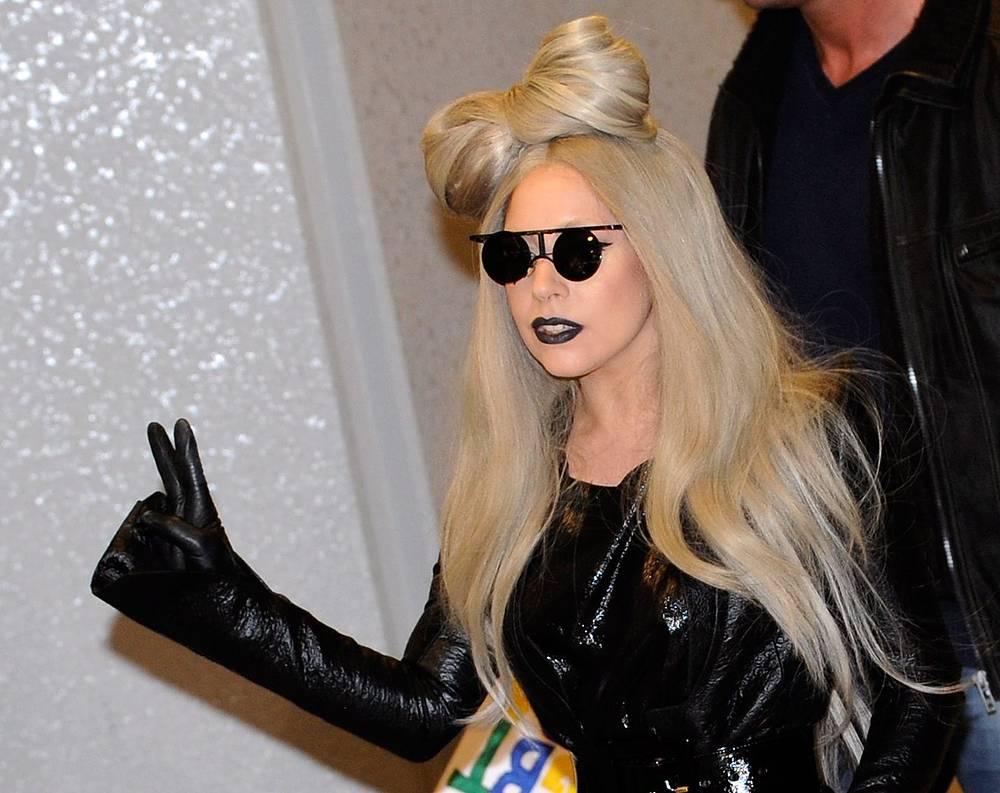 Эксцентричную поп-исполнительницу Леди Гагу полиция неоднократно проверяла за неординарные наряды, а также выявляла правонарушения среди ее фанатов, что, впрочем, только положительно сказывается на популярности певицы