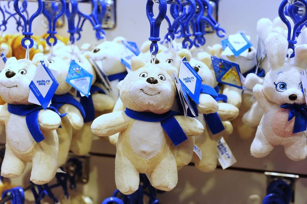 Продажа брелков с медведем, символом Олимпийских игр Сочи-2014, в одном из магазинов.