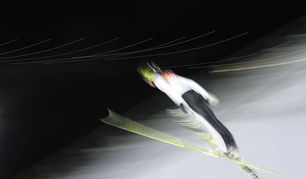 Итальянский спортсмен Себастьян Коллоредо во время тренировки по прыжкам со среднего трамплина среди мужчин