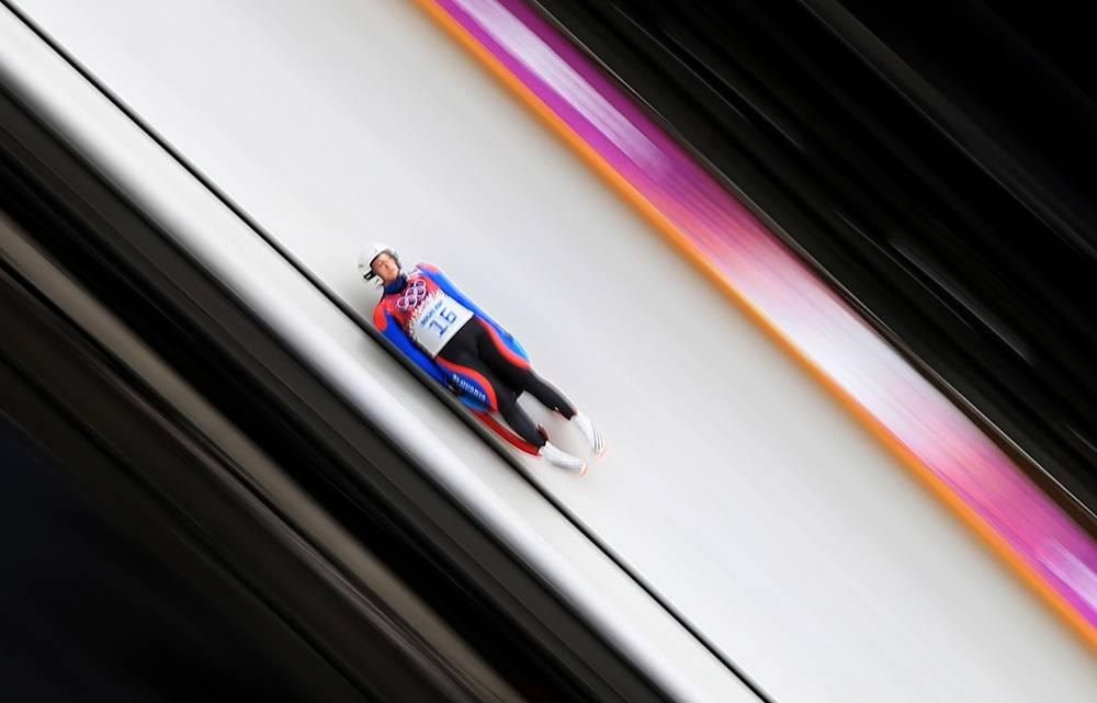 Словакская спортсменка Вера Гбурова во время заезда на индивидуальных соревнованиях по санному спорту среди женщин