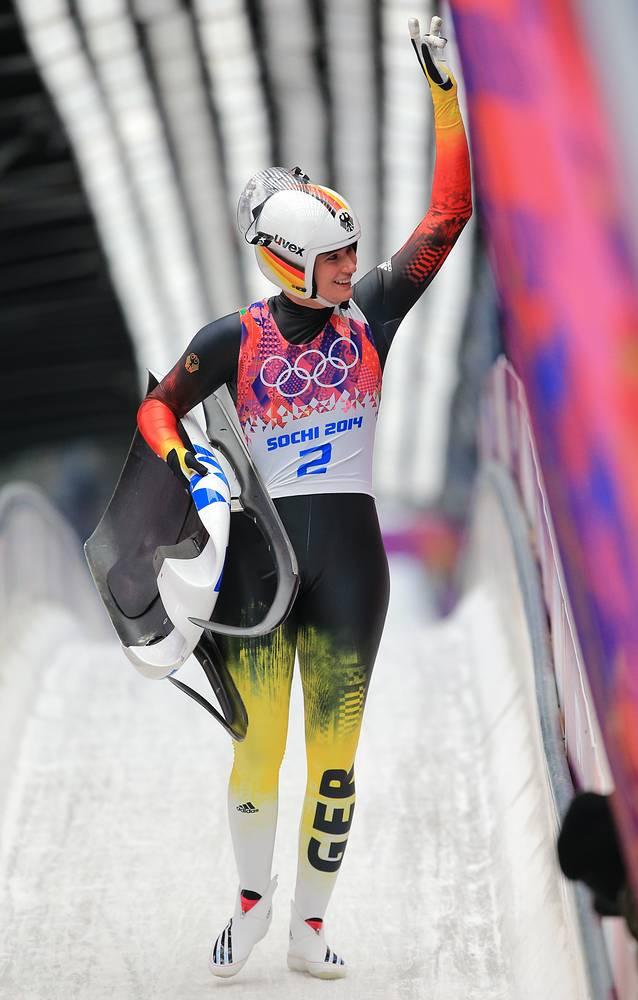 Немецкая спортсменка Натали Гейзенбергер после заезда на индивидуальных соревнованиях по санному спорту