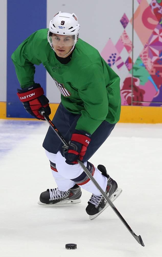 Нападающий Зак Паризе во время тренировки сборной США
