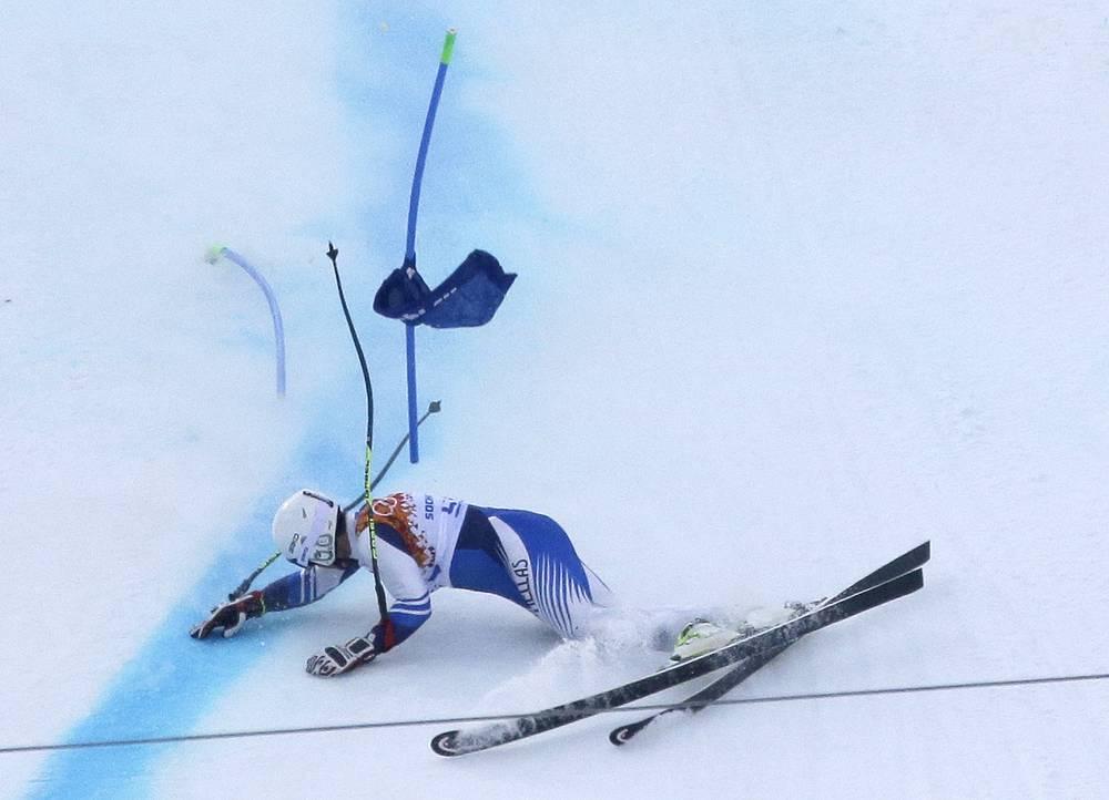 Массимилиано Валькареджи из Греции падает  во время соревнований по супергиганту среди мужчин