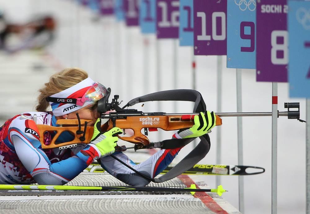Чешская спортсменка Габриэла Соукалова во время масс-старта в соревнованиях по биатлону