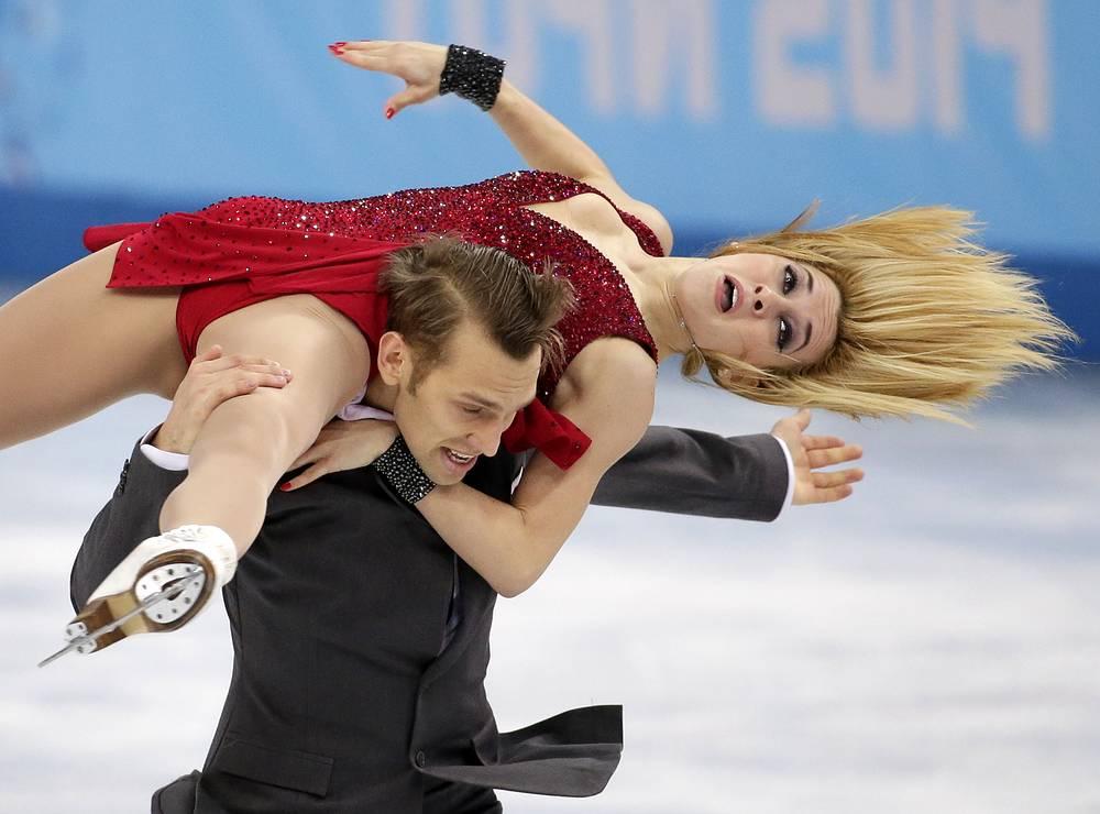 Литовские спортсмены Изабелла Тобиас и Дейвидас Стагнюнас во время выступления в произвольной программе танцев на льду