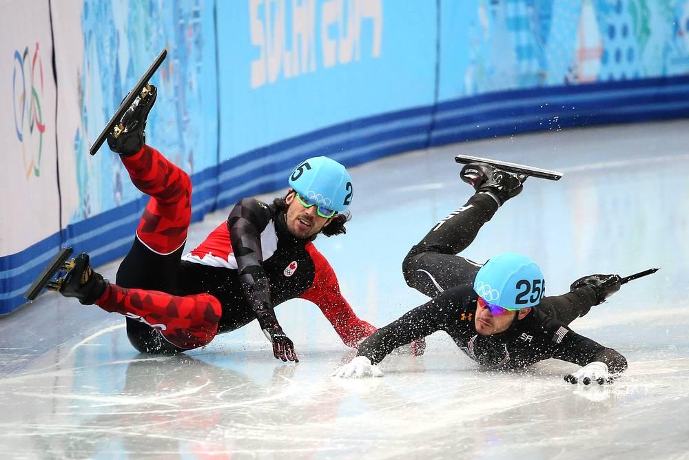 Канадец Шарль Амлен и американец Эдуардо Альварез едут к финишу во время четвертьфинального забега на 1000 м