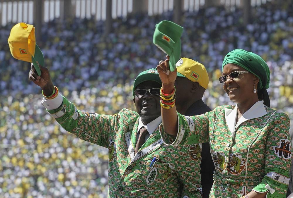 31 июля 2013 года в Зимбабве состоялись президентские выборы, на пост главы страны был избран действующий президент 89-летний Роберт Мугабе. На фото: Роберт Мугабе с женой во время предвыборной компании в 2013 году