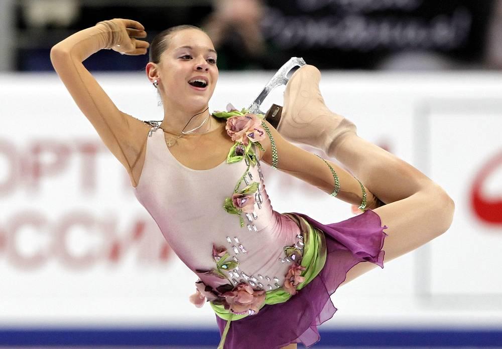 Но из-за возрастных ограничений Международного союза конькобежцев она не могла участвовать в международных соревнованиях, в том числе и юниорских.