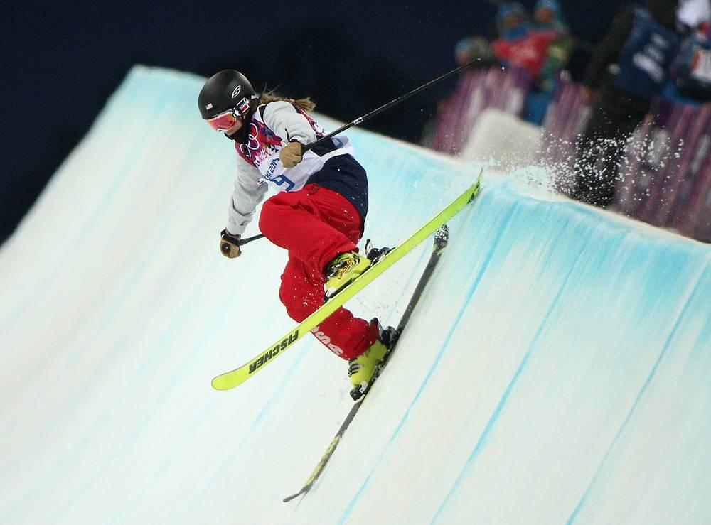 Американка Аннализа Дрю на соревнованиях по фристайлу в ски-хафпайпе