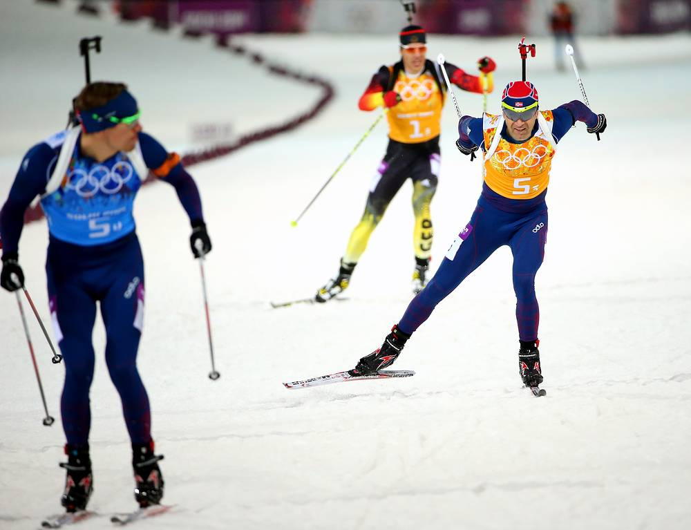 Норвежские биатлонисты Уле Эйнар Бьерндален (на втором плане) и Эмиль Хегле Свендсен (на первом плане) в эстафете 4x7,5 км