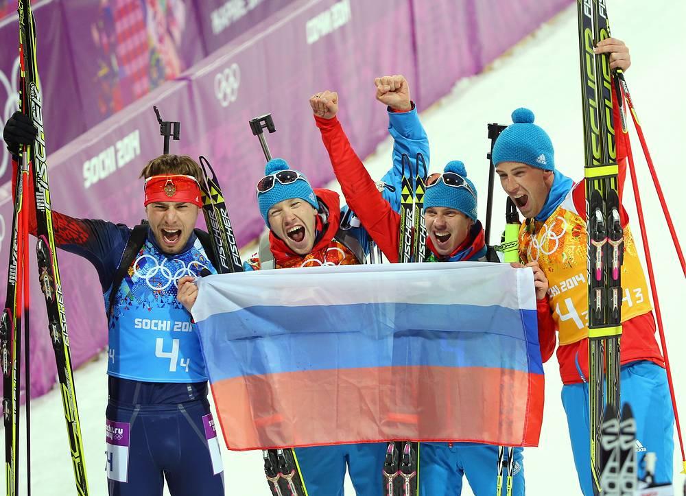 Антон Шипулин, Алексей Волков, Евгений Устюгов и Дмитрий Малышко (слева направо), завоевавшие золотые медали в эстафете 4x7,5 км в соревнованиях по биатлону среди мужчин на XXII зимних Олимпийских играх.