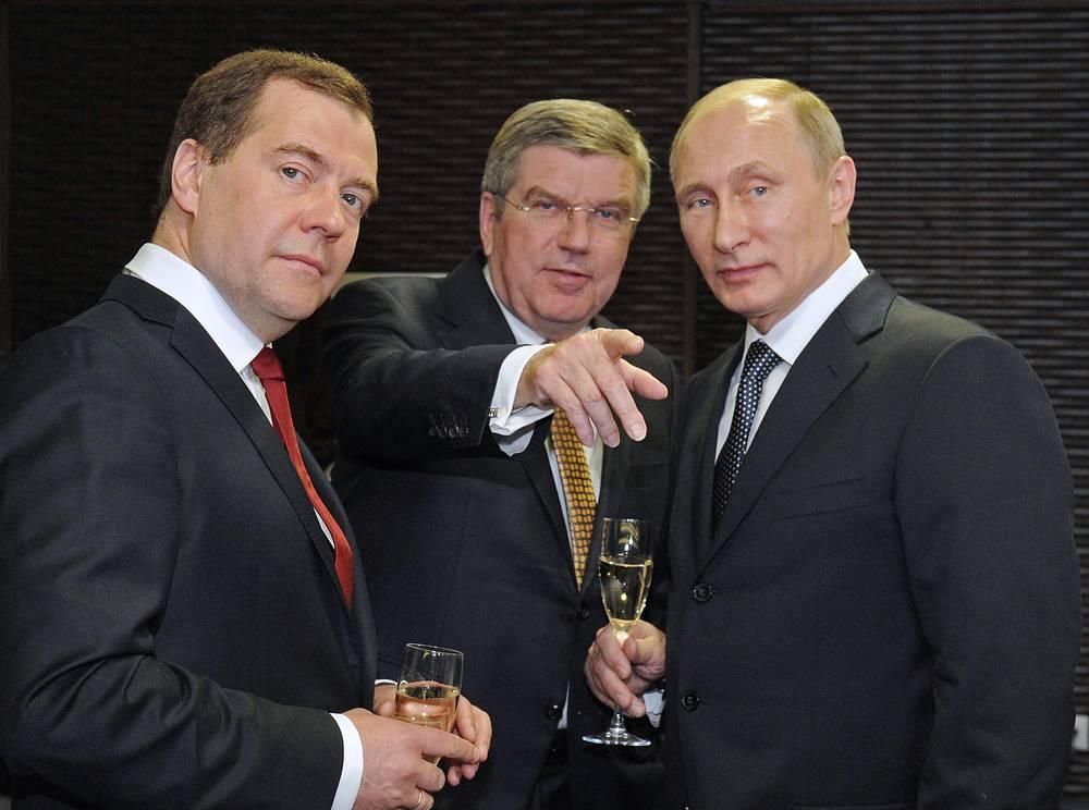 Премьер-министр РФ Дмитрий Медведев, президент Международного Олимпийского Комитета Томас Бах и президент РФ Владимир Путин (слева направо) перед церемонией закрытия