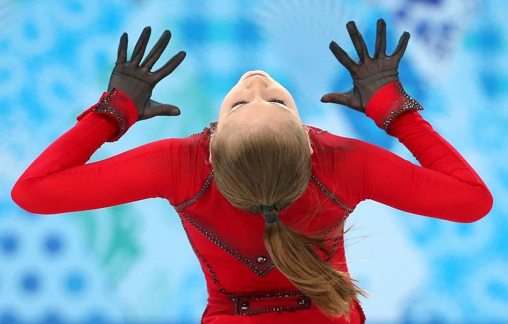 Юлия Липницкая, завоевовшая золотую медаль в командном первенстве по фигурному катанию на XXII зимних Олимпийских играх