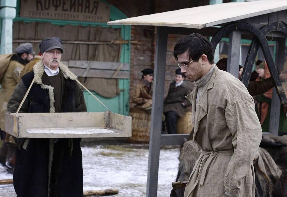 Актер Леонид Бичевин (справа) в сцене из фильма режиссера Алексея Балабанова «Морфий».