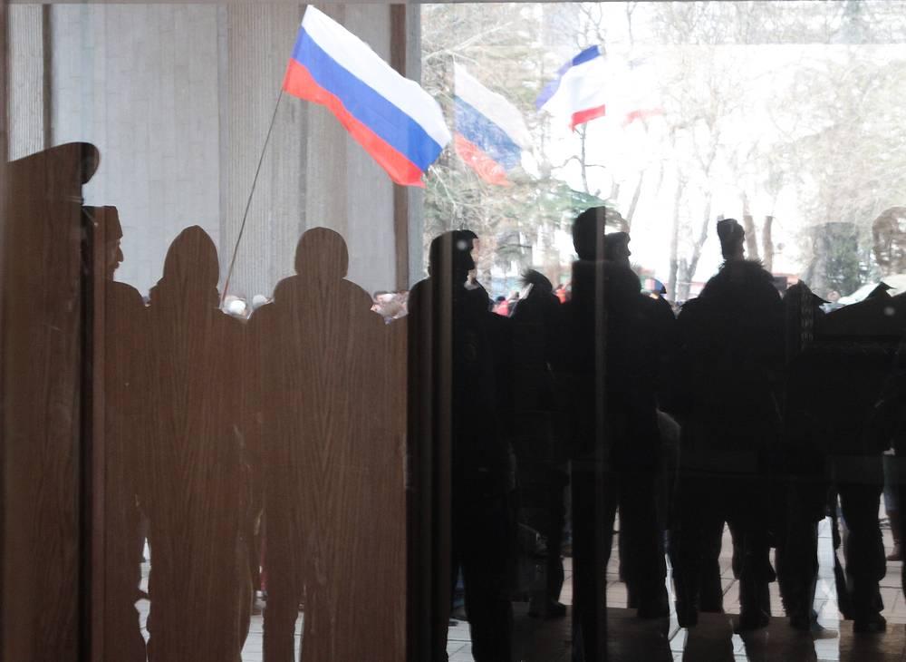 25 февраля. Симферополь. Горожане во время митинга против новой киевской власти