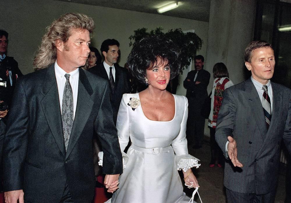 Тейлор активно занималась благотворительностью. Созданный ею фонд пожертвовал более 120 миллионов долларов на борьбу со СПИДом. На фото: Элизабет Тейлор с мужем Ларри Фортенски (слева)
