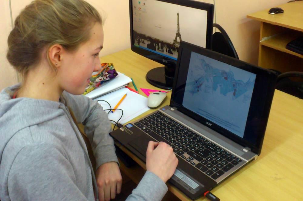 Школьница Анна Чистополова работает над своим исследовательским проектом