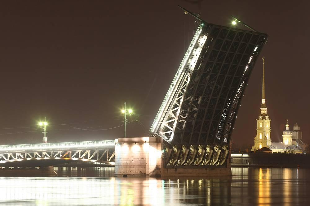 В связи с возобновлением навигации в Петербурге вновь начинают по ночам разводить мосты