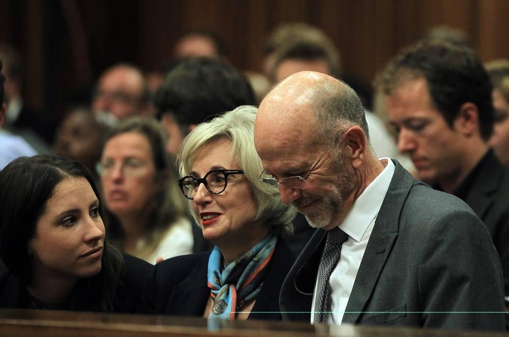 """В суде должны выступить 107 свидетелей, включая родственников Писториуса, различных экспертов и жителей фешенебельного района """"Сильвер Вудс"""", где произошло убийство. На фото: сестра Оскара Писториуса Эйме с дядей Арнольдом Писториусом"""