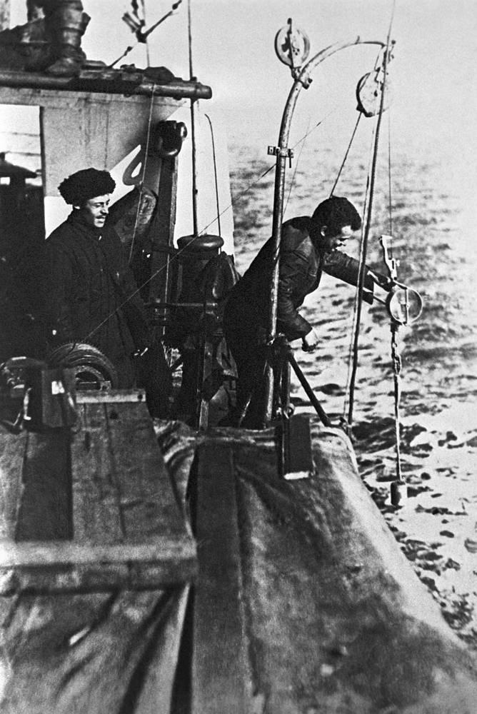 """Экспедиция ледокольного парохода """"Георгий Седов"""". Гидрологические работы на борту парохода. 1937 г."""