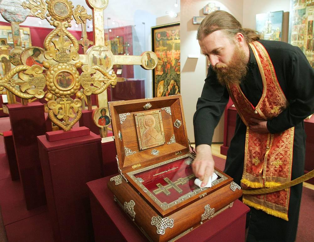 Крест XIV века с частицей мощей великомученика и целителя Пантелеимона с подворья Валаамского монастыря, расположенного в Санкт-Петербурге