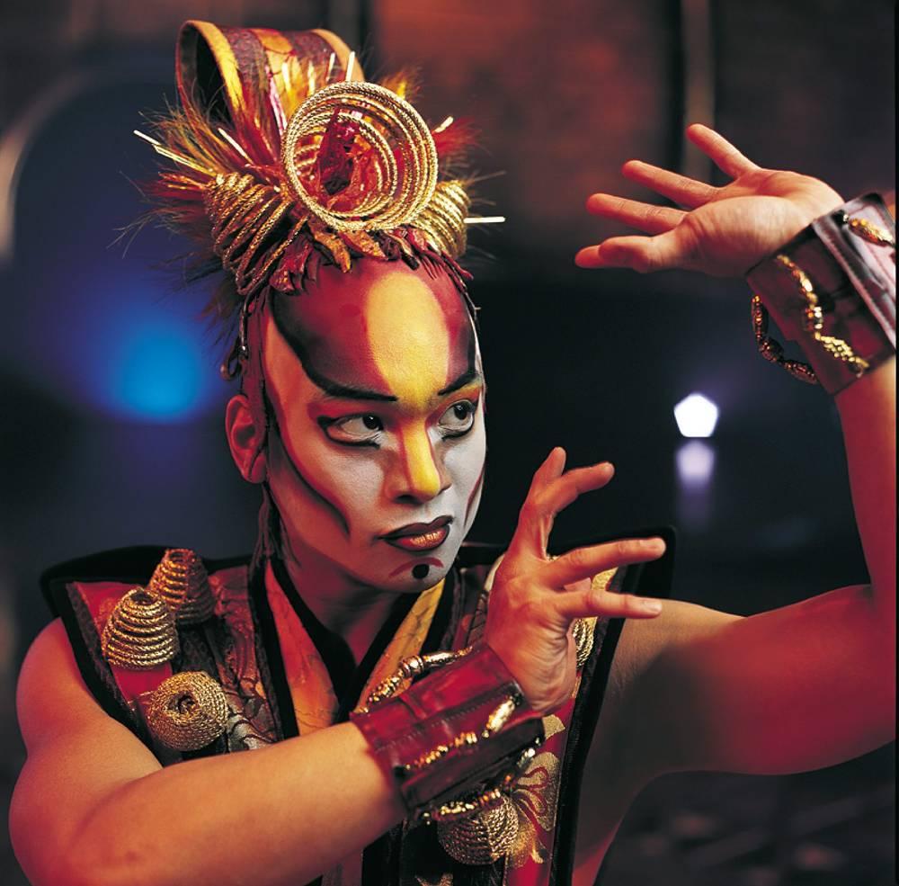 Труппа шоу Dralion состоит из 50 акробатов, исполнителей, музыкантов и певцов из разных уголков земного шара. На фото: 2004 год, Мадрид, Испания