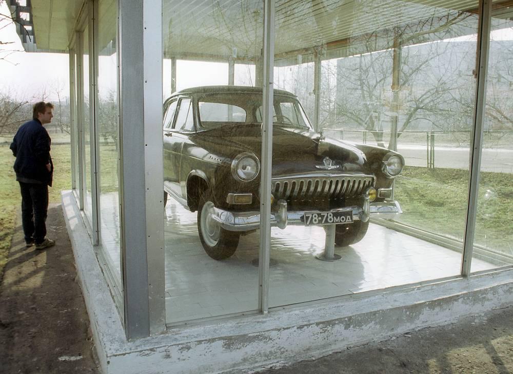"""Любимая машина Юрия Гагарина - черная """"Волга"""" ГАЗ-21 в музее города Гагарин (бывший Гжатск), 2001 год"""