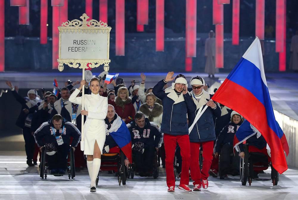 Российскую делегацию возглавил знаменосец Валерий Редкозубов, мастер спорта по горнолыжному спорту лиц с нарушением зрения