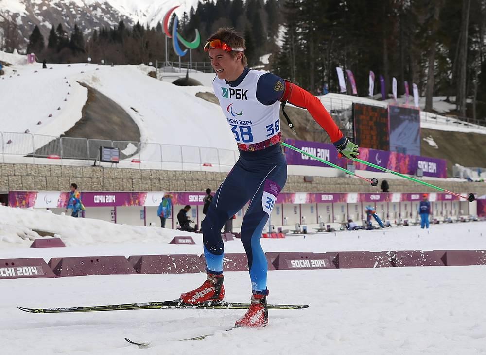 Россиянин Олег Пономарев в гонке на дистанции 7,5 км среди мужчин с нарушением зрения в соревнованиях по биатлону