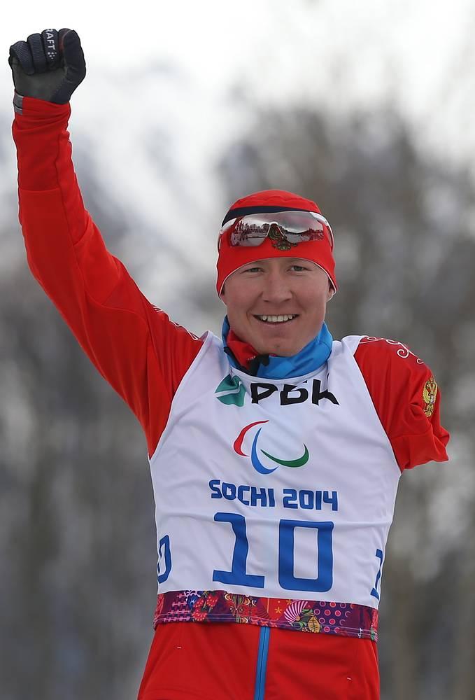 Владислав Лекомцев (Россия), завоевавший золотую медаль в гонке стоя на дистанции 7,5 км среди мужчин в соревнованиях по биатлону