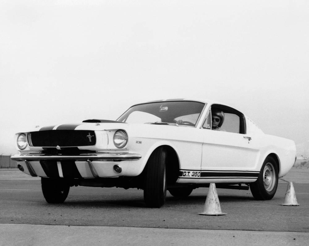 В середине 1965 года была представлена модель в кузове фастбэк, нацеленная против конкурентной модели Plymouth Barracuda. Особо мощная модификация от знаменитого ателье гонщика Кэрола Шелби - Shelby GT350 - продавалась в салонах любому желающему. На фото: 1965 Mustang Shelby GT 350